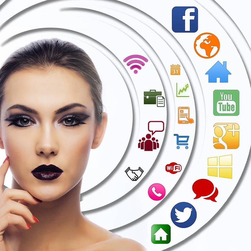 Mulher em dúvida sobre qual rede social usar